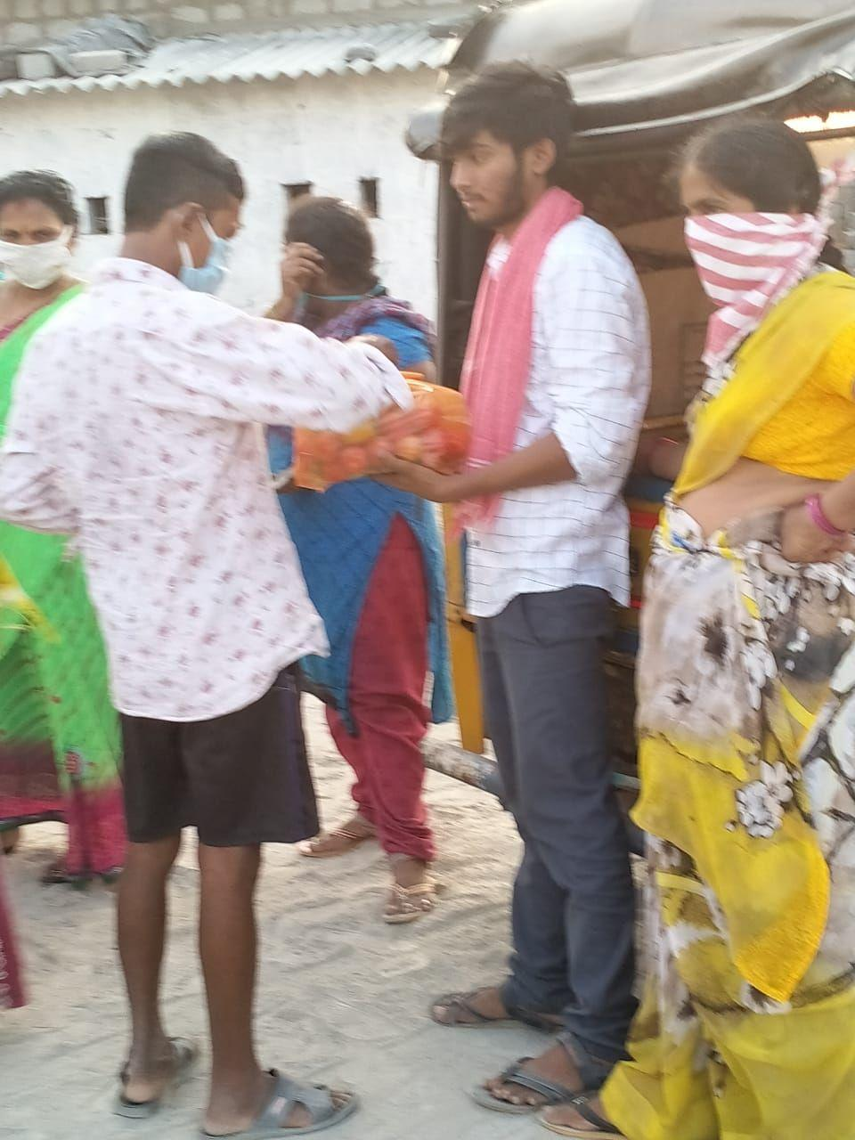 kanchikacharla villagers distributed groceries to migrant workers