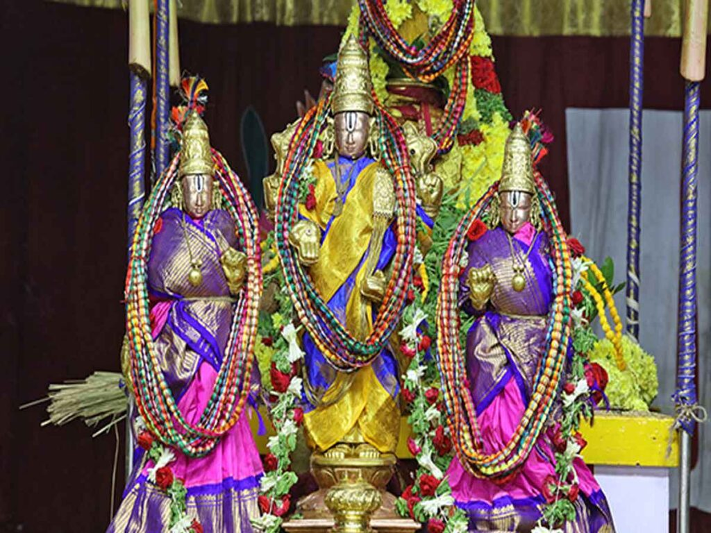 PAVITRA MALAS OFFERED TO DEITIES ON THE SECOND DAY..