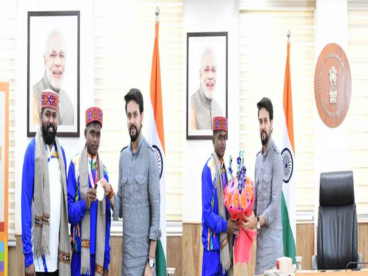 Sports Minister Shri Anurag Singh Thakur felicitates Paralympics Tokyo 2020 silver medallist Mariyyapan T and his coach Raja B